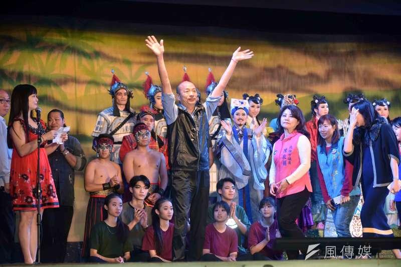 高雄市長韓國瑜讚明華園歌仔戲團是台灣之光、傳統藝術的驕傲。(圖/徐炳文攝)