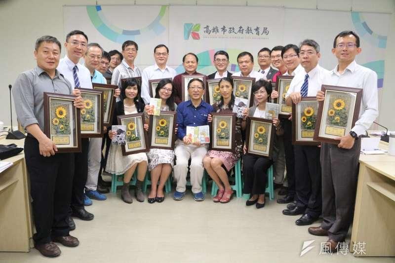高雄市教育局長吳榕峯(中)表揚19所閲讀標章國中。(圖/徐炳文攝)