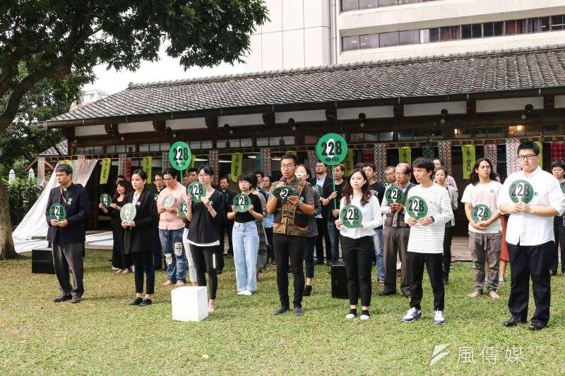 60餘個公民團體發起「228.0堅守正義持續轉型228七十二周年紀念行動」記者會,一同表達訴求,呼籲「堅守正義、持續轉型」。(蔡親傑攝)