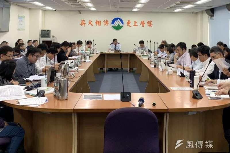 20190220_環保署今(20)日特地安排經濟部在環評大會中報告全國電源開發及供電時程。(尹俞歡攝)