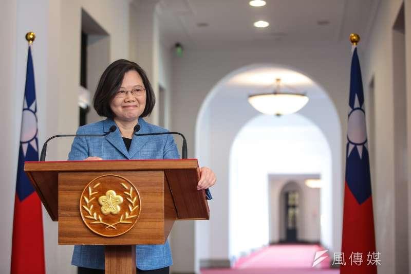 總統蔡英文25日在臉書文末以hashtag寫下「 #台灣總統被評論是日常不用畫符」,借喻這兩天因為「習近平符咒」爆紅的國產遊戲《還願》。(資料照,顏麟宇攝)