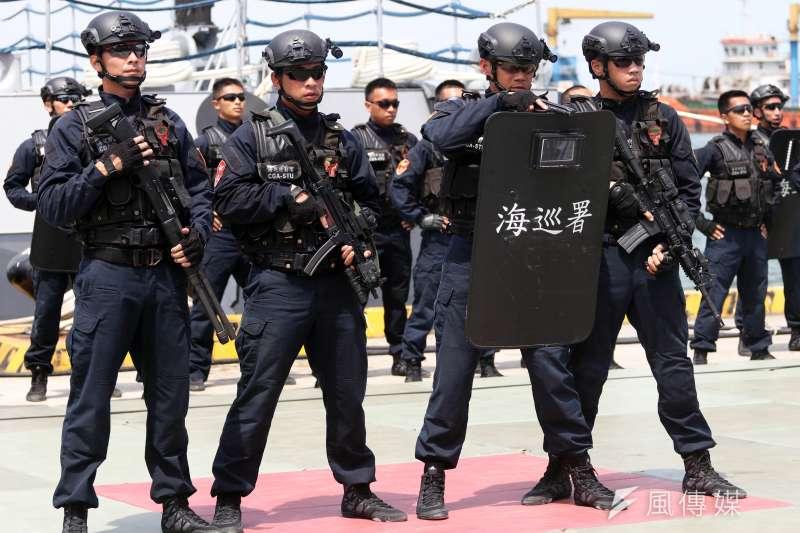 除長短槍械外,海巡特勤隊針對鎮壓性質的勤務,警棍、圓盾、鎮暴槍都是可能攜行的裝備。(資料照,蘇仲泓攝)