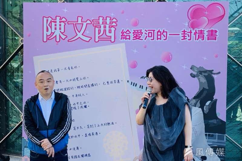 高雄市觀光局長潘恒旭(左)及陳文茜(右)分別於愛河畔寫下情書及愛情金句。(圖/徐炳文攝)