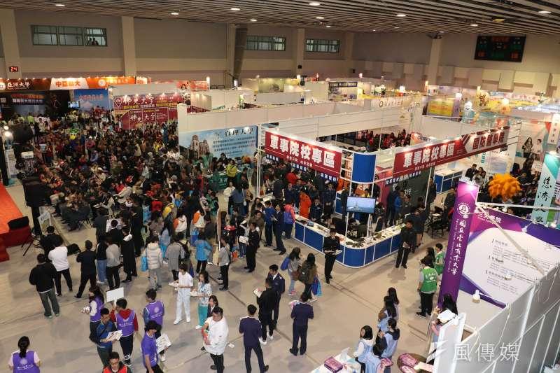 圖為大學暨技職校院多元入學博覽會,此吸引不少應屆高中生、家長前往參觀。(示意圖,蘇仲泓攝)