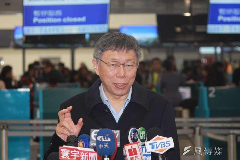 台北市長柯文哲23日晚間啟程出訪以色列,他身穿一襲黑大衣現身機場。(資料照,方炳超攝)