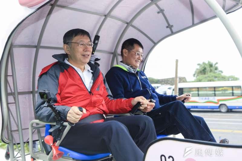 新北副市長陳純敬(右)23日與台北市長柯文哲(左)於深澳騎乘railbike,騎完後柯文哲表示設計應改善。(簡必丞攝)