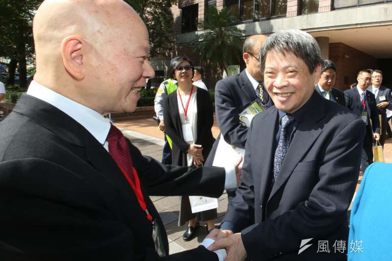 負責兩岸經貿的國安會諮委傅棟成(右)非常低調。(郭晉瑋攝)