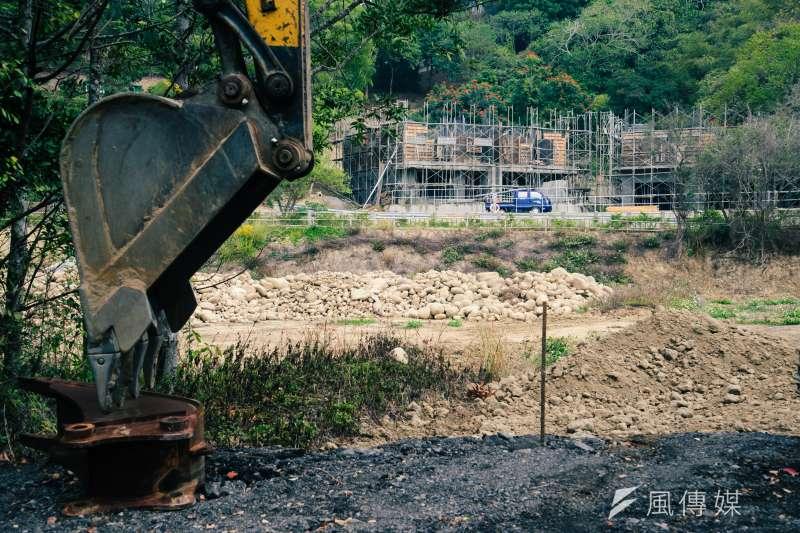 苗栗,山坡旁正在興建的農舍與怪手。(甘岱民攝)