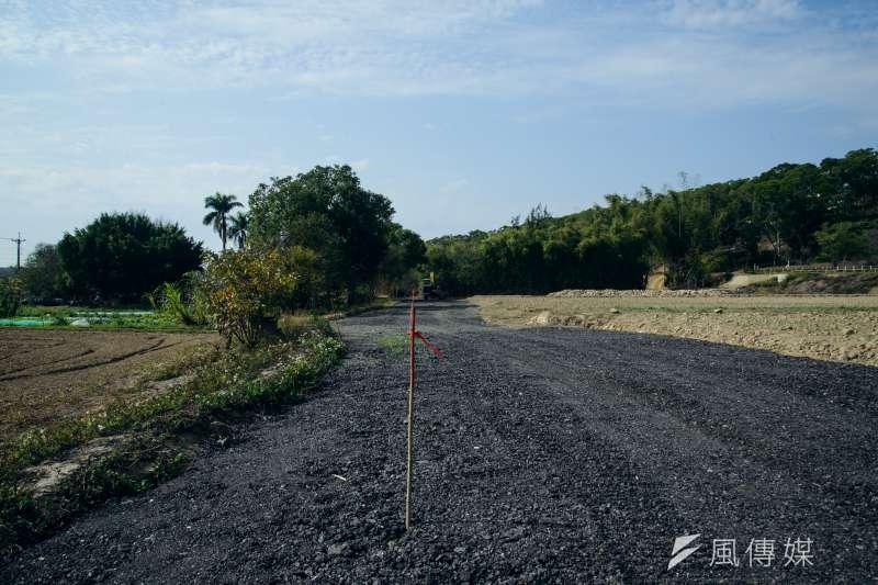 20190219-苗栗石虎專題,新開發的道路區隔了農地與正在開發的土地。(甘岱民攝)