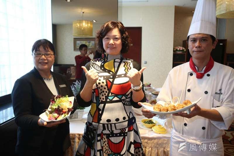 董事長應秀鳳(中)說,中餐廳尚荷軒主推「台灣私房小吃」天天都有主廚推薦私房好菜。(圖/徐炳文攝)