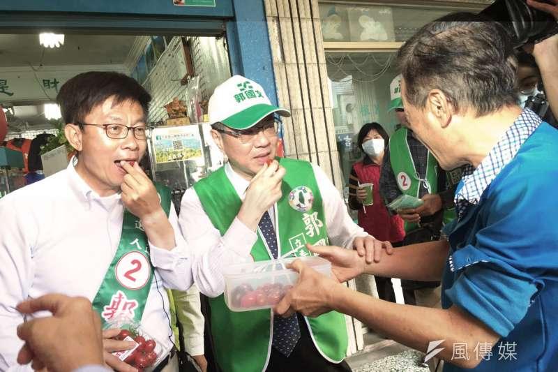 20190227-民進黨中常會27日移師台南,為台南市立委補選候選人郭國文(左)輔選。民進黨主席卓榮泰(中右)在常會後,親陪郭國文掃街拜票。(顏振凱攝)