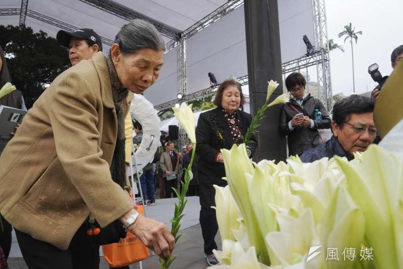 20190228-二二八事件72週年中樞紀念儀式,民眾獻花。(甘岱民攝)