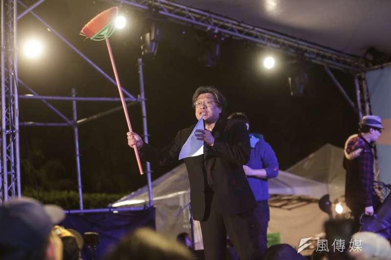 中研院台灣史研究所學者吳叡人28日帶著掃帚出席共生音樂節,他認為,二二八的反抗意義在於克服台灣島「怕死、愛錢、愛面子」的魔咒。(簡必丞攝)