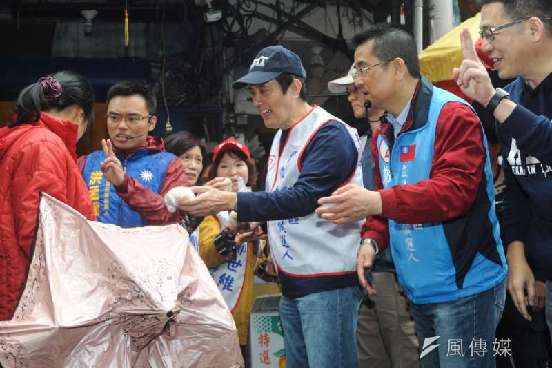 韓流拚經濟發威,前總統馬英九陪立委補選候選人鄭世維拜票,發包子給民眾。(甘岱民攝)