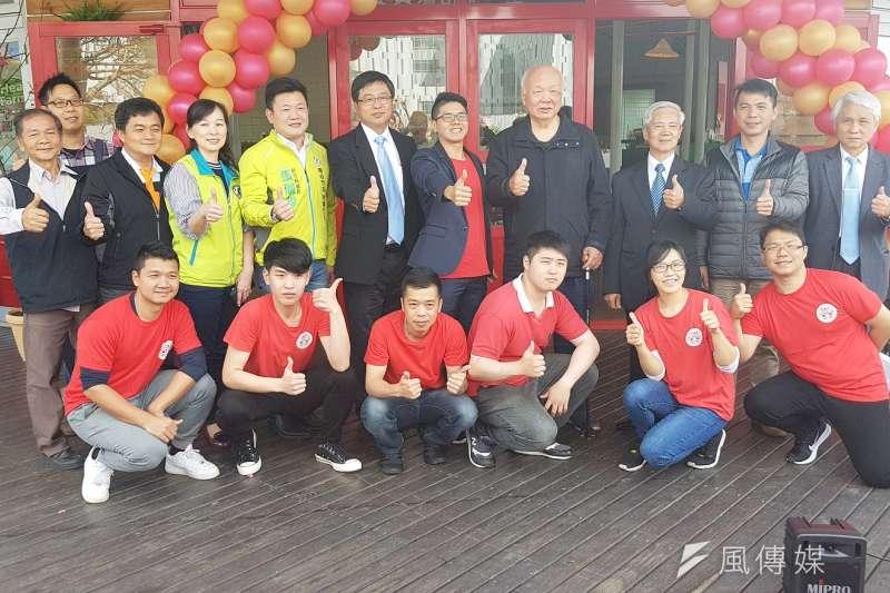 竹科管理局長王永壯(後排左六)及前台灣省主席林光華(後排右四)出席竹科生醫園區景觀餐廳揭幕。(圖/方詠騰攝)