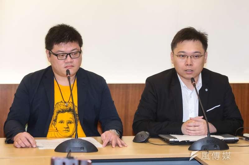 20190304-「核能減煤」公投提案人廖彥朋(左)、及「以核養綠」公投領銜人黃士修(右)4日於立院召開「核能減煤」公投提案送件記者會。(顏麟宇攝)