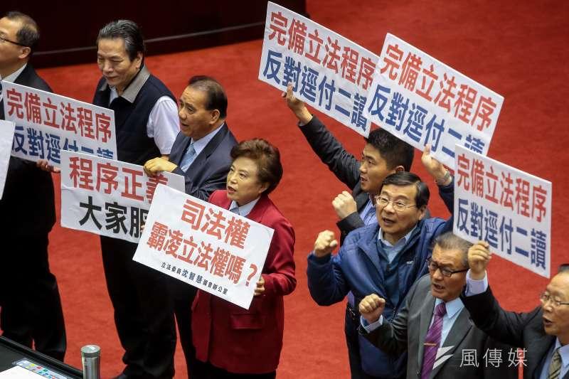 國民黨團立委5日針對民進黨團將同婚專法逕付二讀,於議場內舉牌抗議,並要求「完備立法程序,反對逕付二讀」標語。(顏麟宇攝)
