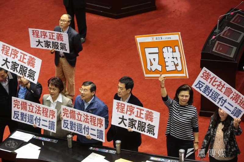 國民黨團立委5日針對民進黨團將同婚專法逕付二讀,於議場內舉牌抗議,但仍有7位國民黨立委對關鍵條文投下同意票。(顏麟宇攝)