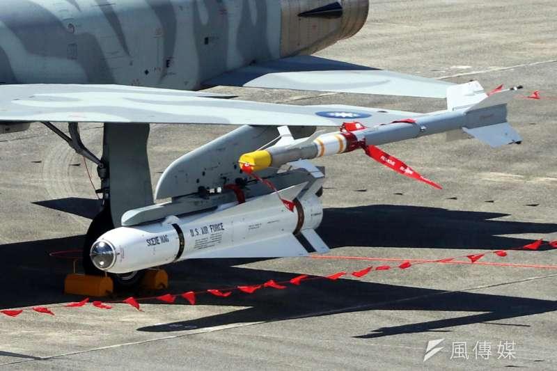 20190306-我國向美方採購的各式武器管制均相當嚴格,外觀的字樣都不見得能夠更動。例如裝備在我戰機上的小牛空對地飛彈,上方仍有相當清楚的US AIR FORCE英文,近年營區開放一作靜態展示,都能見到。(蘇仲泓攝)