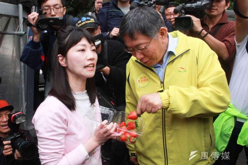 201900306-台北市長柯文哲(左二)6日上午前往碧山巖,體驗手做草莓PIZZA。民進黨議員高嘉瑜(左一)也出席活動。(方炳超攝)