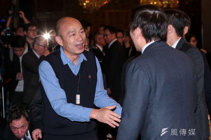 高雄市長韓國瑜(左)說,高雄是否成立自由經濟貿易特區,若走上攤牌一途,「將直接訴諸278萬名高雄市民,看哪個立委贊成、反對」。(顏麟宇攝)