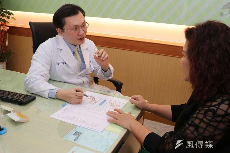 教授蔡明憲說,微創減重手術已被證實可以降低疾病風險,並且有效管理體重。(圖/徐炳文攝)