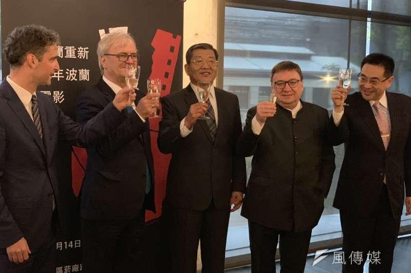 波蘭電影節:波蘭代表梅西亞(左起)、波蘭電影製片協會會長布朗斯基、外交部政次謝武樵、波蘭前國會議員卡濟諾夫斯基舉杯慶祝活動開幕(簡恒宇攝)