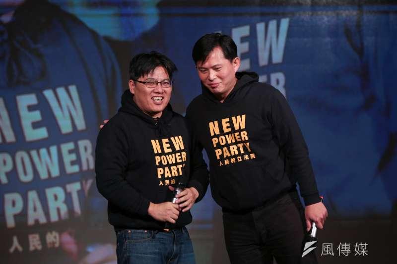 時代力量黨主席邱顯智(左)、前黨主席黃國昌(右)9日出席「時代向前行,人民有力量」四週年黨慶暨募款餐會。(顏麟宇攝)