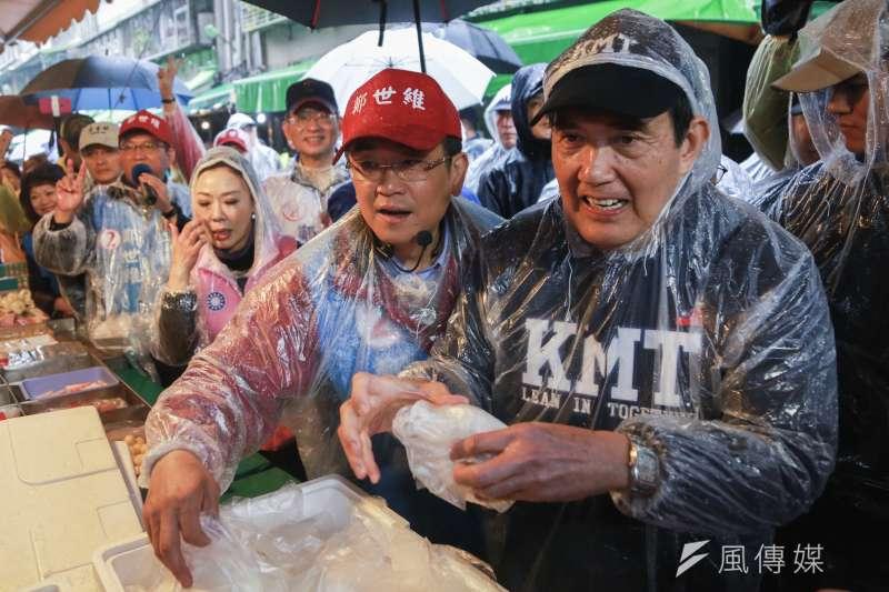 20190309-前總統馬英九(右)9日陪同立法委員補選候選人鄭世維(左)掃街拜票,並發放包子給民眾。(簡必丞攝)