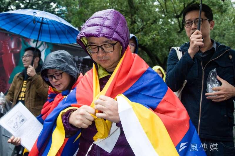 民進黨秘書長羅文嘉(前中)參加310西藏抗暴日60周年大遊行,反嗆高雄市長韓國瑜「我上班時間應該比他還長。」圖為羅文嘉披上雪山獅子旗。(甘岱民攝)