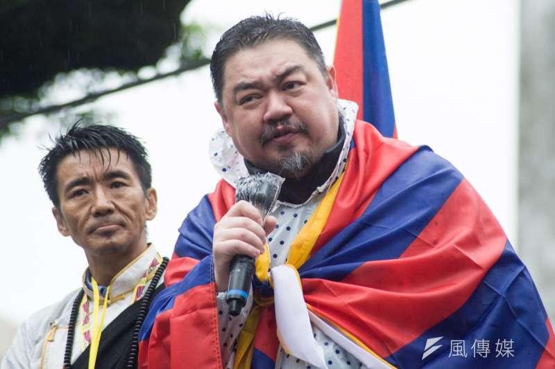 中國民運人士吾爾開希(右)31日驚傳酒駕被捕。(資料照,甘岱民攝)