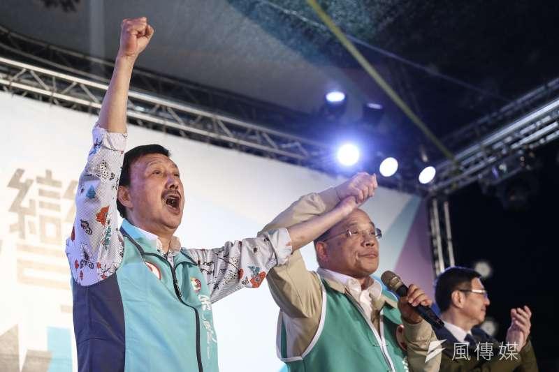 新北市三重區立委補選候選人余天(左一)抨擊對手鄭世維的選舉公報,韓國瑜、侯友宜照片比候選人還大,根本是「投機份子」。(陳品佑攝)
