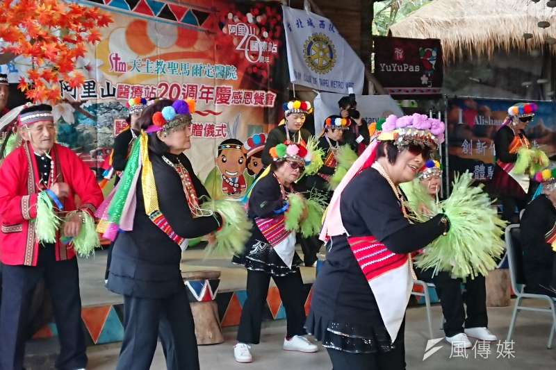 阿里山鄉年輕人口嚴重外流,所幸有天主教聖馬爾定醫院開辦的老人日托中心,鄒族的阿公阿嬤們才能老有所依,載歌載舞的活力更不輸年輕人。(黃天如攝)