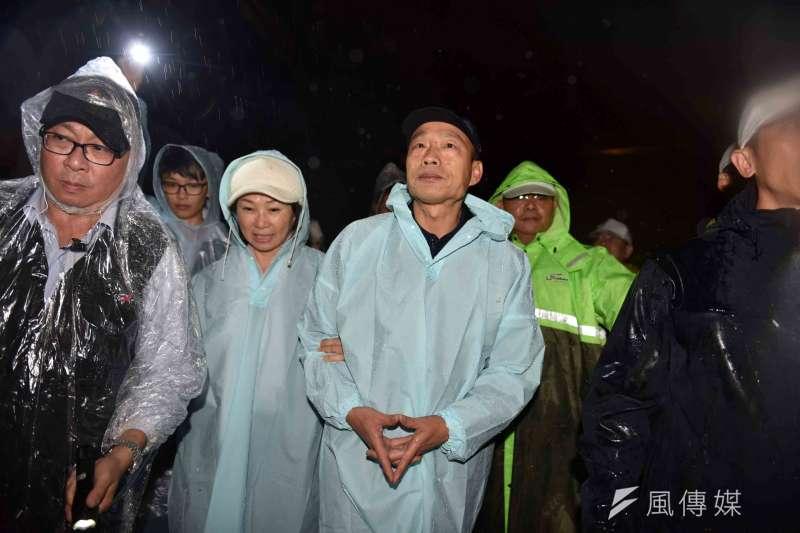 高雄市長韓國瑜偕同夫人李佳芬到高雄草地電影音樂會席地而坐、回味雋永好片。(圖/徐炳文攝)