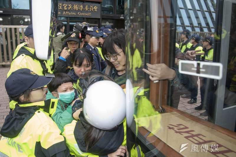 20190311-大觀自救會突襲退輔會,警方試圖將自救會成員帶上警備車,雙方於警備車前對峙。(甘岱民攝)