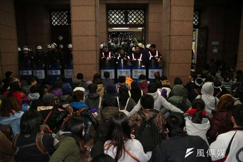 2014年3月24日晚間,部分佔領立法院的學運成員,闖入並佔領行政院。(余志偉攝)