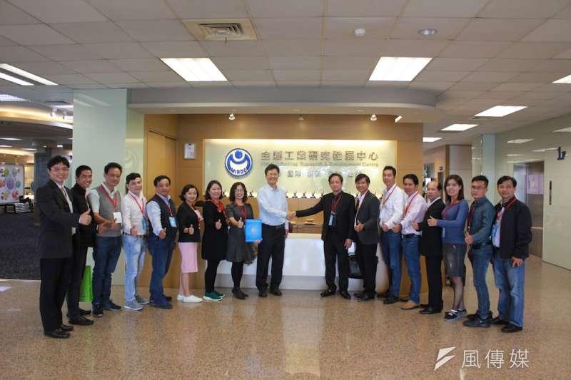 HAMEE副會長陳懷南(中右一)率領越南業者參訪金屬中心。(圖/徐炳文攝)