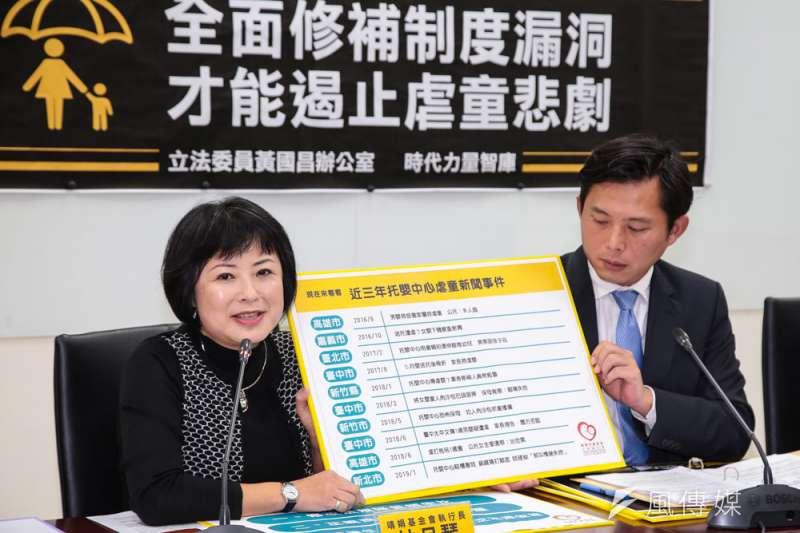 時代力量立委黃國昌(右)與靖娟基金會執行長林月琴(左)召開記者會,呼籲政府加快修法。(顏麟宇攝)