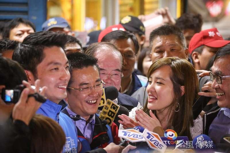 蔣萬安(左)和韓冰(右)陪同鄭世維(中)至三和夜市掃街拜票。(陳品佑攝)