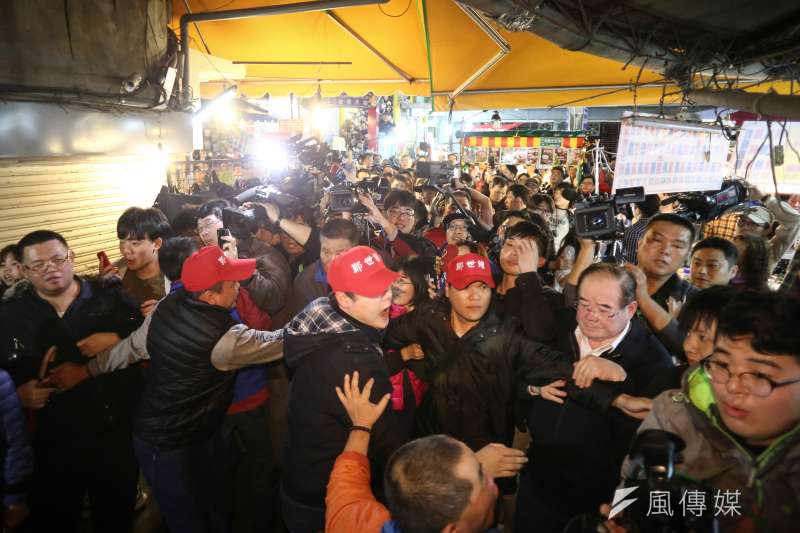 三重立委補選,余天批攤販都是韓國瑜自己帶來的,圖為蔣萬安及韓冰陪同鄭世維至三和夜市掃街拜票,因現場爆發嚴重推擠,工作人員將媒體與民眾擋於巷外。(陳品佑攝)