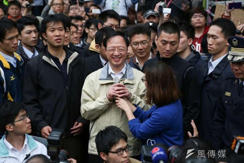 318學運期間,時任行政院長的江宜樺前往立法院外與學生對話。(資料照,余志偉攝)