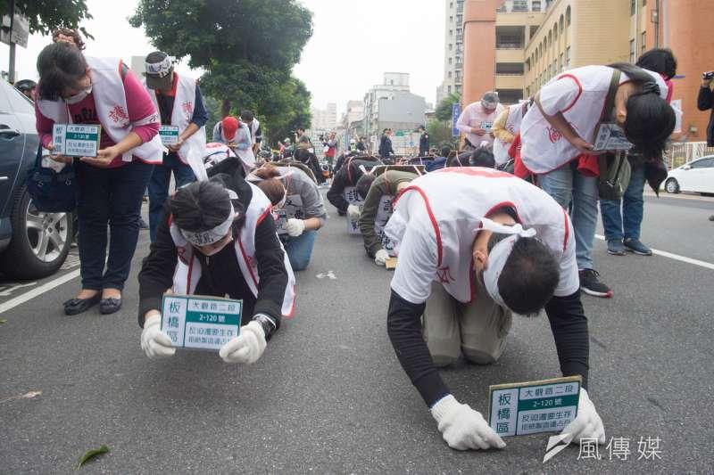 大觀社區自救會14日上午發起苦行,六步一跪前進。(甘岱民攝)