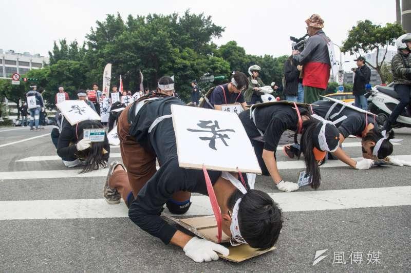 20190314-大觀苦行,苦行隊伍在馬路上下跪。(甘岱民攝)