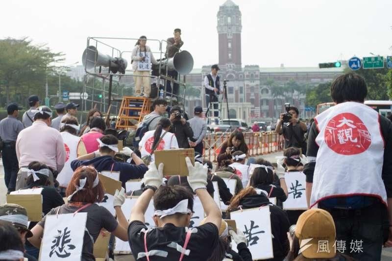 板橋大觀社區將在18日面臨強制拆除,大觀社區自救會14日上午9時發起「苦行」行動,最後以六步一跪的方式前往總統府前。(甘岱民攝)