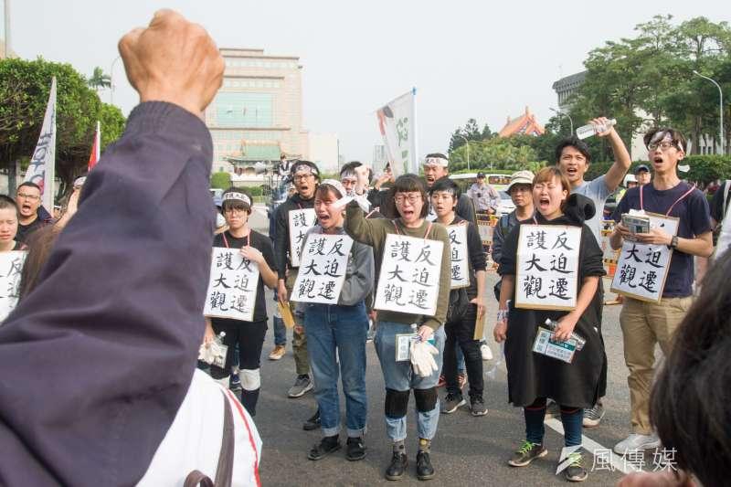 20190314-大觀苦行,行動結束後,聲援者與居民互相打氣。(甘岱民攝)