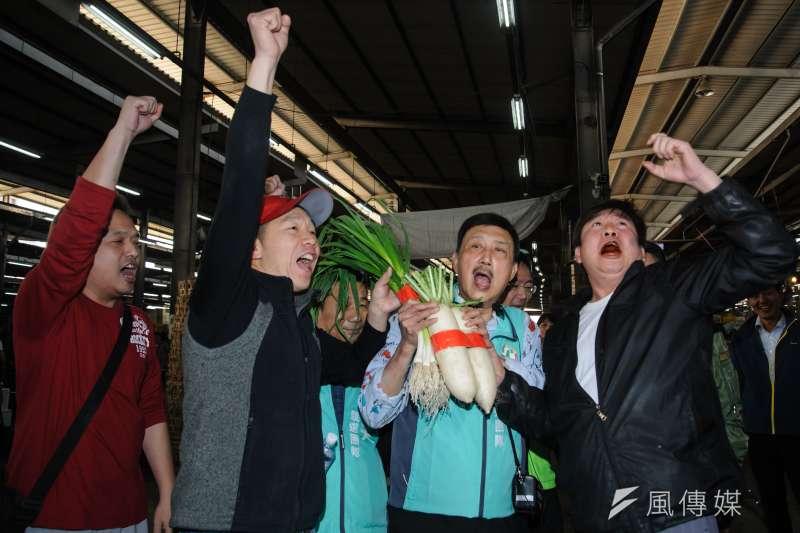 20190314-民進黨主席卓榮泰陪同立委候選人余天市場掃街,民眾送上菜頭與蒜一起喊「凍蒜」。(甘岱民攝)