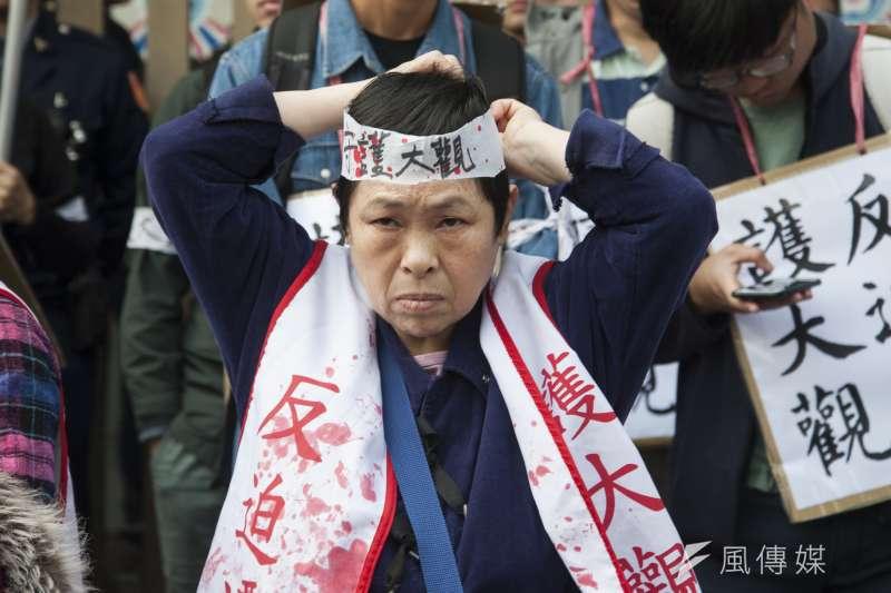 20190314-大觀苦行,居民將布條綁在頭上。(甘岱民攝)