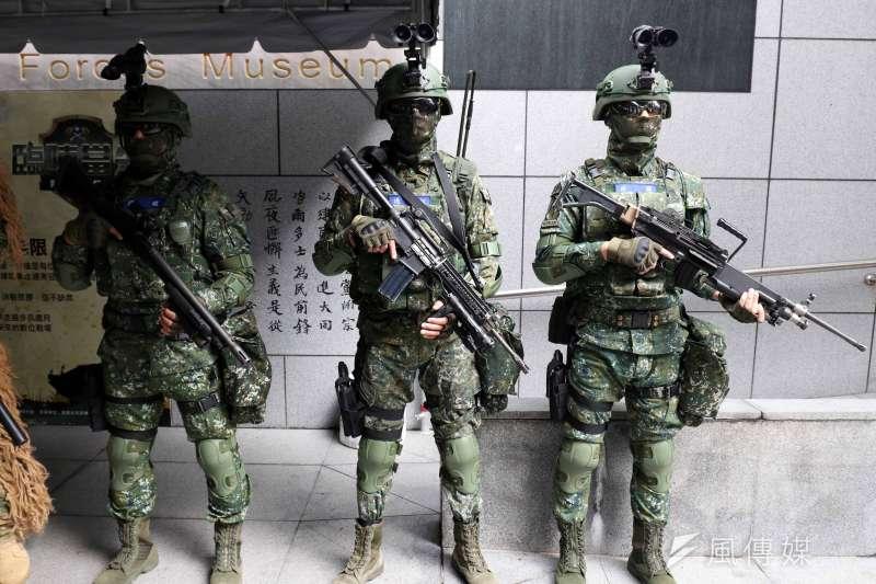 陸軍步兵特展15日於國軍歷史文物館登場,場外有特戰6人小組進行展示,吸引不少民眾目光。(蘇仲泓攝)