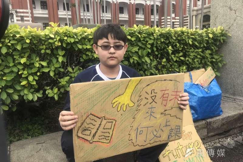 20190315-台中明道普林斯頓小學的六年級生楊子慶,15日北上總統府前靜坐,呼籲政府加快推動再生能源、空污問題不分藍綠。(廖羿雯攝)