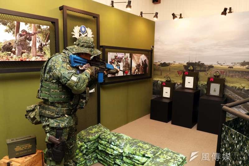 陸軍步兵特展今天登場,展場設有T-91步槍模擬體驗,後方的場景,可見M1戰車灘岸殲敵的身影。(蘇仲泓攝)